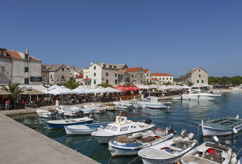 Croatia, Dalmatia, Primosten, harbour, fishing boats, restaurants - WWF04159