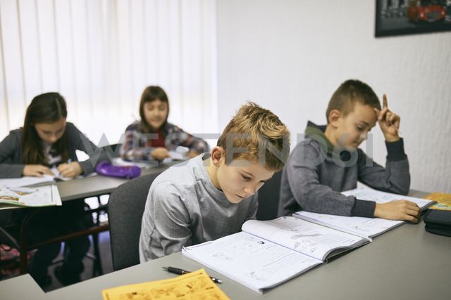 Students learning in class - ZEDF01203