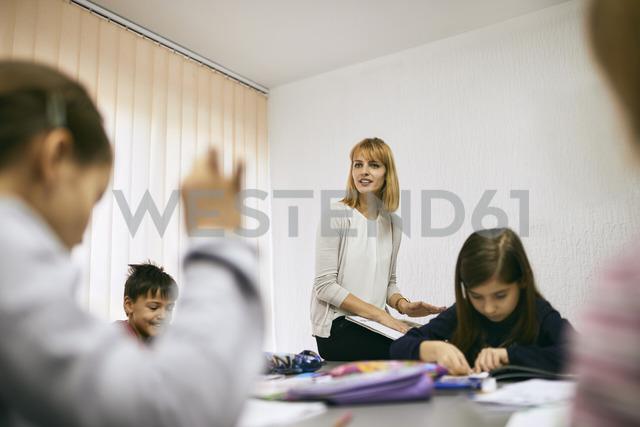 Teacher with students in class - ZEDF01218