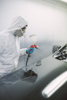 Auto painter painting a car - RAEF01979