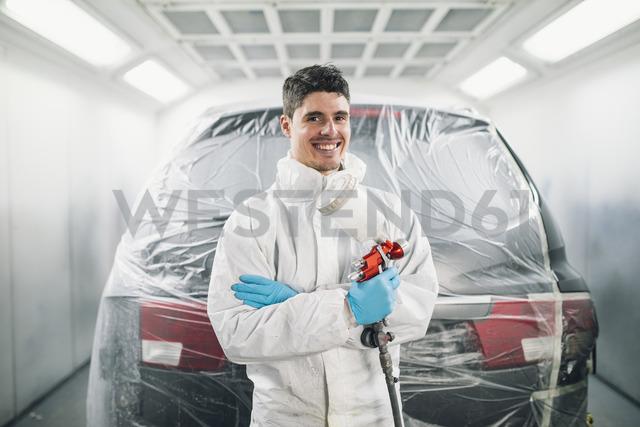 Auto painter with paint spraying gun - RAEF01985