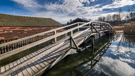 Germany, Bavaria, Seehausen am Staffelsee, boat houses and wooden bridge - STSF01462
