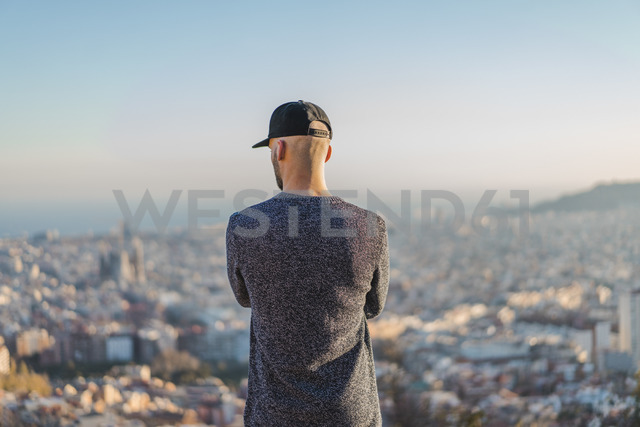 Spain, Barcelona, young man standing on a hill overlooking the city - AFVF00202 - VITTA GALLERY/Westend61