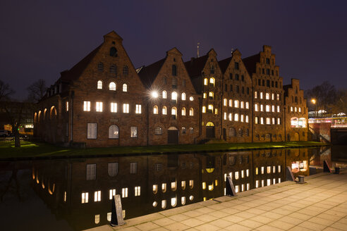 Germany, Schleswig-Holstein, Luebeck, Old town, Obertrave river and salt storehouse at night - WIF03483