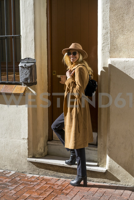 Portrait of fashionable young woman at house entrance - AFVF00226