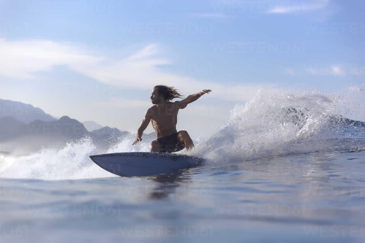 Indonesia, Sumatra, surfer on a wave - KNTF00982 - Konstantin Trubavin/Westend61