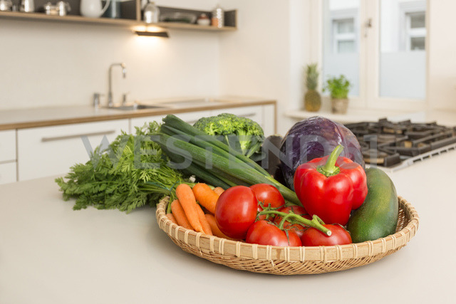 Fresh vegetable on kitchen counter - JHAF00011 - Julia Haack/Westend61