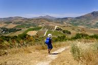 Italy, Province of Trapani, hiker near Segesta - LBF01792