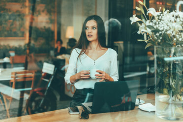 Portrait of young businesswoman waiting in a coffee shop - OCAF00156