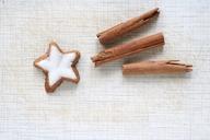 Cinnamon star and cinnamon sticks shaped as a comet - HSTF00055