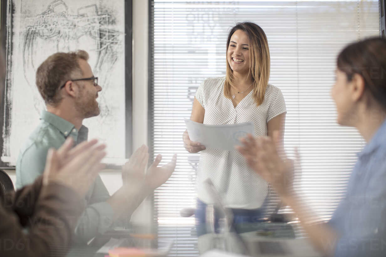 Colleagues applauding or businesswoman on a meeting in office boardroom - ZEF15061 - zerocreatives/Westend61