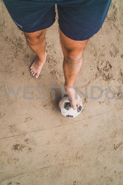 Low section of man with footall on the beach - KKAF00898 - Kike Arnaiz/Westend61