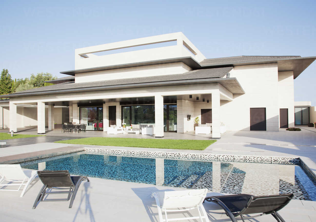 Luxury swimming pool and house - CAIF00385 - Martin Barraud/Westend61