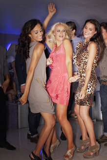 Women dancing in nightclub - CAIF01061