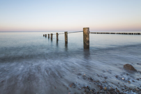 Germany, Mecklenburg-Western Pomerania, Baltic Sea, breakwater, beach in the evening - ASCF00816