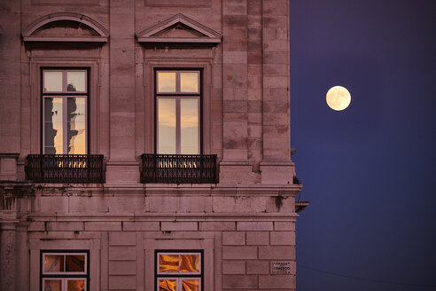Portugal, Lisbon, Baixa, Praca do Comercio, House and full moon - MRF01830