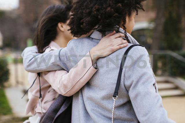 Spain, Barcelona, two women in city park embracing - EBSF02179 - Bonninstudio/Westend61