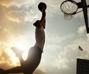Man dunking basketball on court - CAIF02024