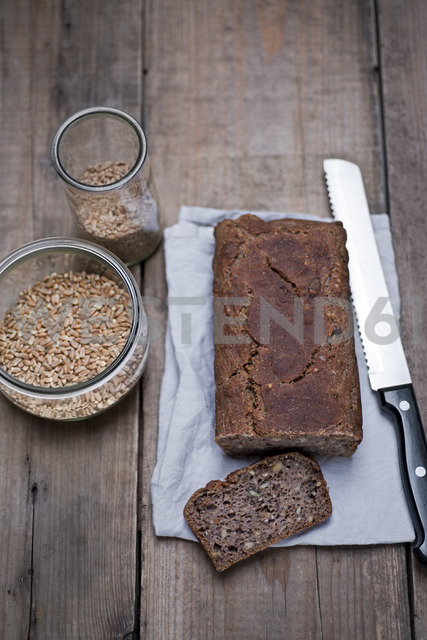 Homemade wholemeal bread from organic buttermilk, organic spelt wheat, organic einkorn wheat, nuts and seeds - CZF00318