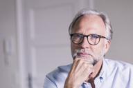 Portrait of pansive mature man wearing glasses - UUF12931
