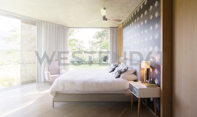 Luxury bedroom open to yard - HOXF00235 - Tom Merton/Westend61