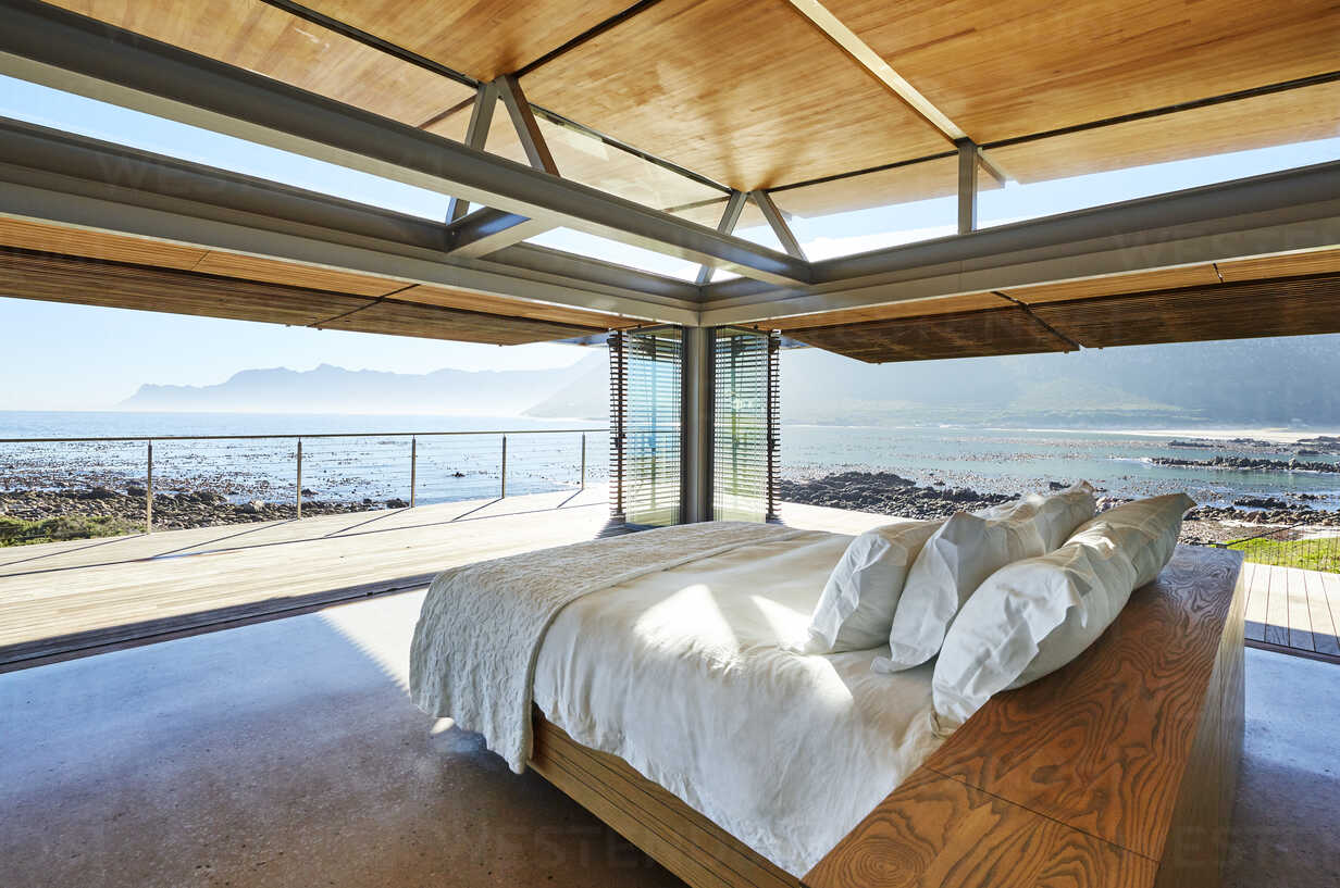 Modern luxury bed open to patio with sunny ocean view - HOXF00505 - Chris Ryan/Westend61