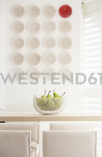 Red plate among white plates on wall in luxury dining room - HOXF00775 - Tom Merton/Westend61