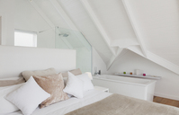 Vaulted ceiling over bedroom with en suite bathroom - HOXF00985