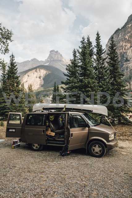 Canada, British Columbia, Yoho National Park, Rocky Mountains, van with kayak - GUSF00308 - Gustafsson/Westend61