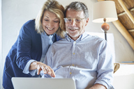 Senior couple using laptop - HOXF02637
