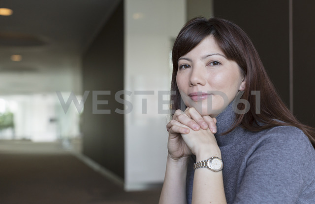 Portrait confident businesswoman with hands clasped - HOXF03234 - Martin Barraud/Westend61