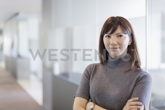 Portrait confident businesswoman with arms crossed - HOXF03252 - Martin Barraud/Westend61