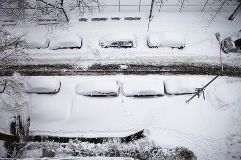 Overhead view of snow covered cars parked on city street - CAVF00291