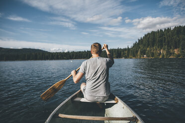 Canada, British Columbia, man in canoe on Cultus Lake - GUSF00410