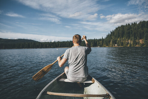 Canada, British Columbia, man in canoe on Cultus Lake - GUSF00410
