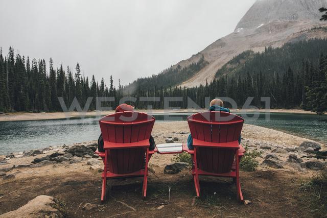 Canada, British Columbia, Yoho National Park, two men resting at Yoho Lake - GUSF00419