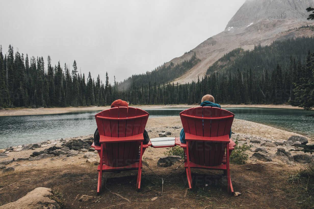Canada, British Columbia, Yoho National Park, two men resting at Yoho Lake - GUSF00419 - Gustafsson/Westend61