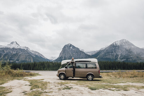 Canada, Alberta, Banff National Park, man with minivan at Icefields Parkway - GUSF00428