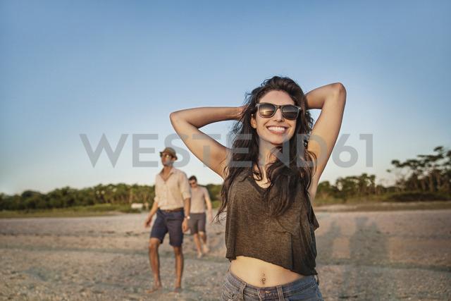 Happy woman enjoying with boyfriend at beach during sunset - CAVF02314 - Cavan Images/Westend61