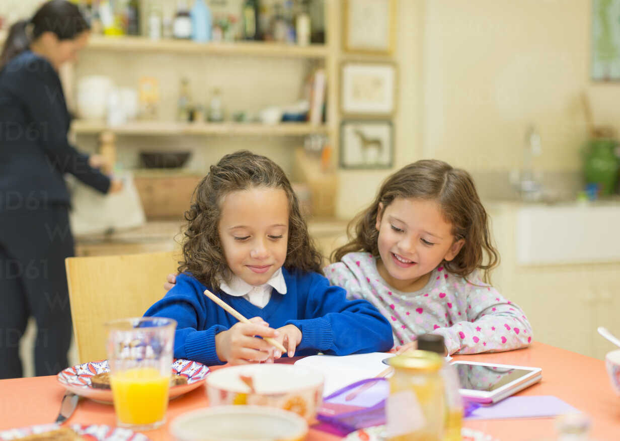 Girls doing homework at breakfast table - CAIF08914 - Robert Daly/Westend61