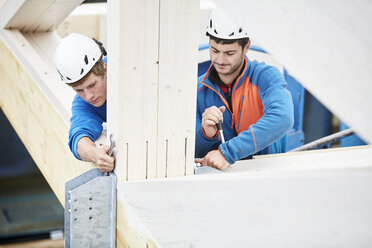 Austria, workers fixing roof construction - CVF00278