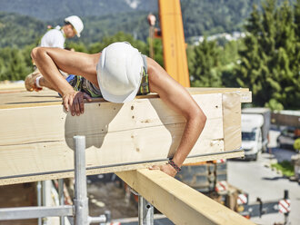 Austria, worker checking roof construction - CVF00281