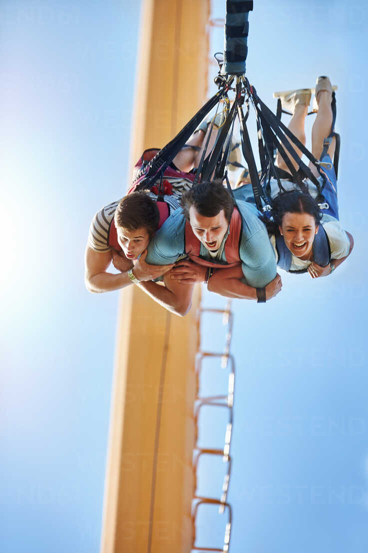 Friends bungee jumping at amusement park - CAIF11320 - Trevor Adeline/Westend61