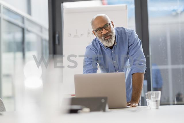 Portrait of businessman in conference room leading a presentation - FMKF04925 - Jo Kirchherr/Westend61
