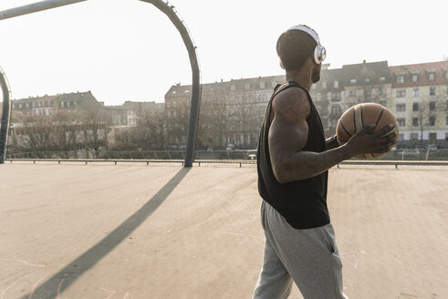 Basketball player with headphones on court - UUF13011