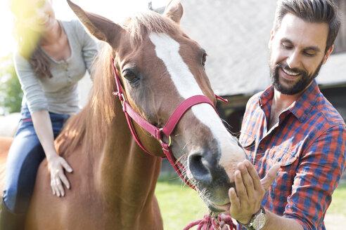 Couple feeding horse - CAIF13014