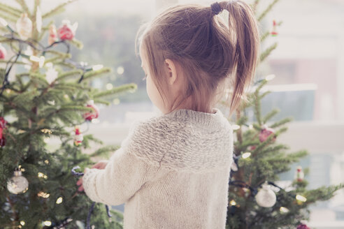 Girl decorating Christmas tree - CAIF14058