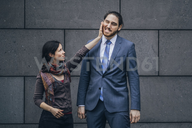 Businessman and woman fighting - JSCF00100 - Jonathan Schöps/Westend61