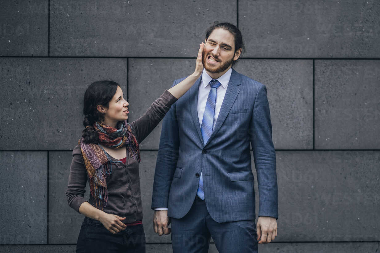 Businessman and woman fighting - JSCF00100 - Jonathan Schöps/Westend61