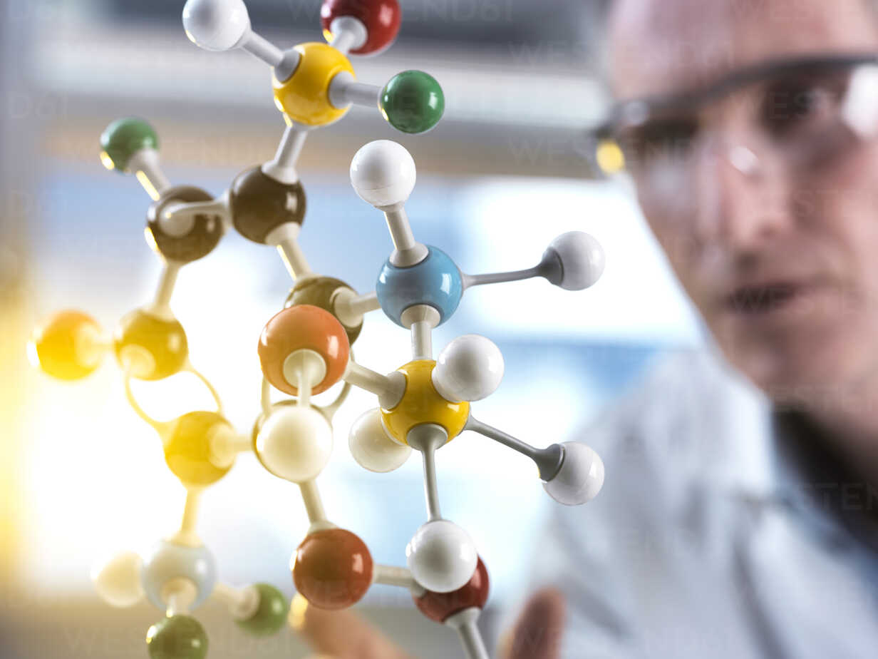 Scientist looking at molecular model - ABRF00127 - Andrew Brookes/Westend61